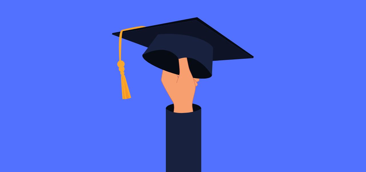 Hånd som holder en hatt for fullført skolegang